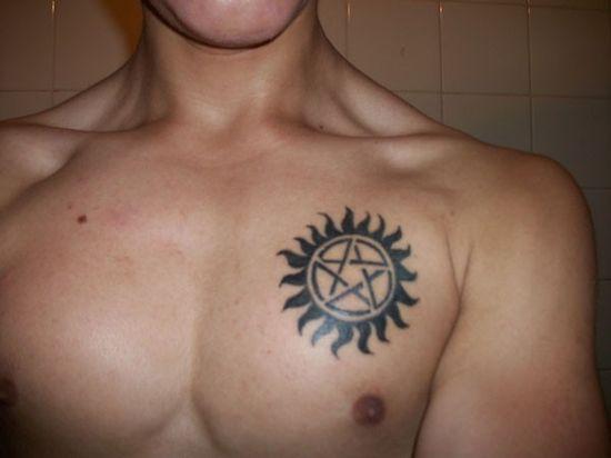 Tatouage homme 5 étoiles au soleil