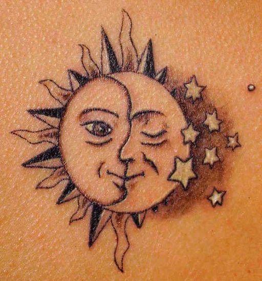Tatouage homme étoiles lune et soleil mélangé