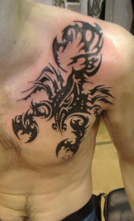 Tatouage homme torse scorpion