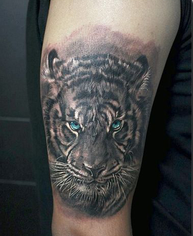 Homme de tatouage de tigre chinois