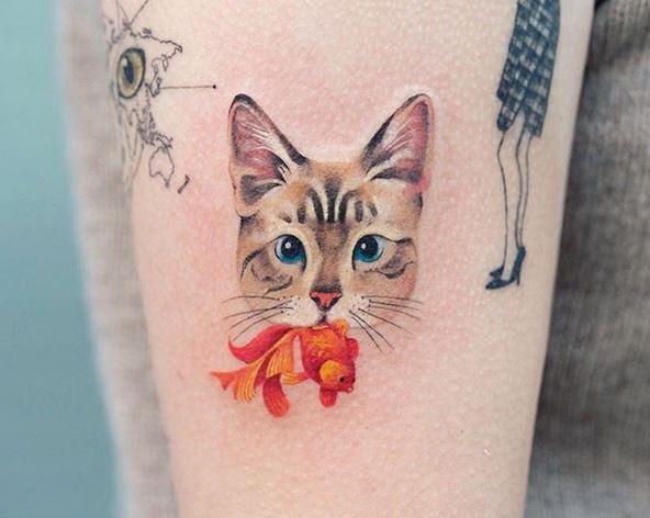 Le poisson et le tatouage de bras de chat