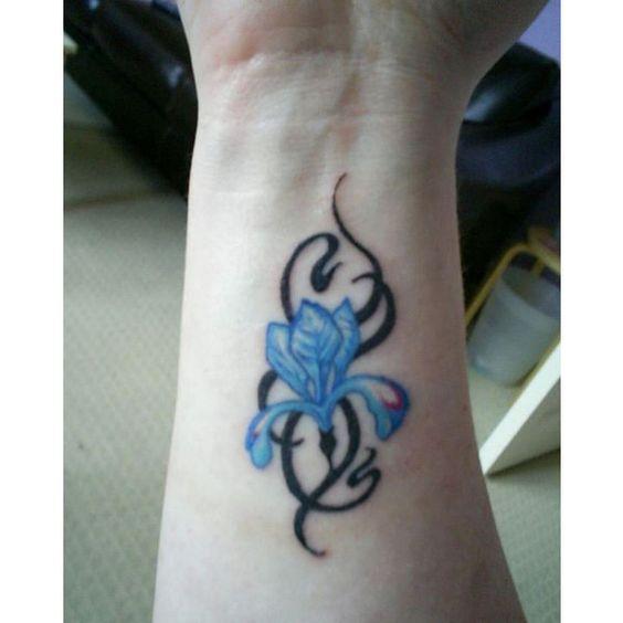 Tatouage de poignet de fleur bleue de style tribal