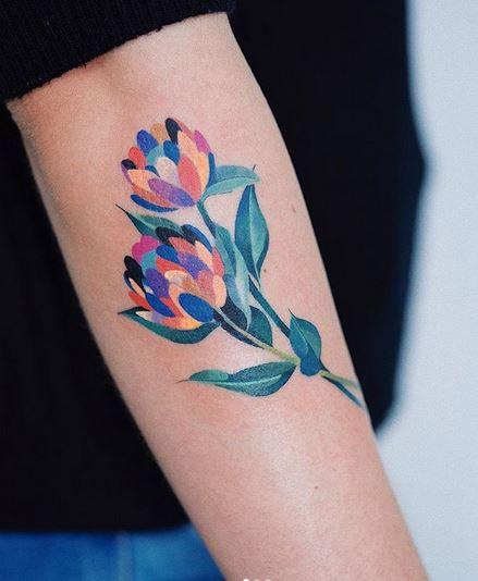 Tatouage de bras floral vibrant