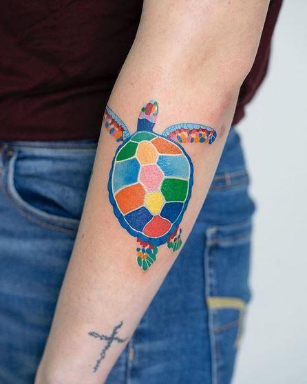 Tatouage d'avant-bras de tortue vibrante