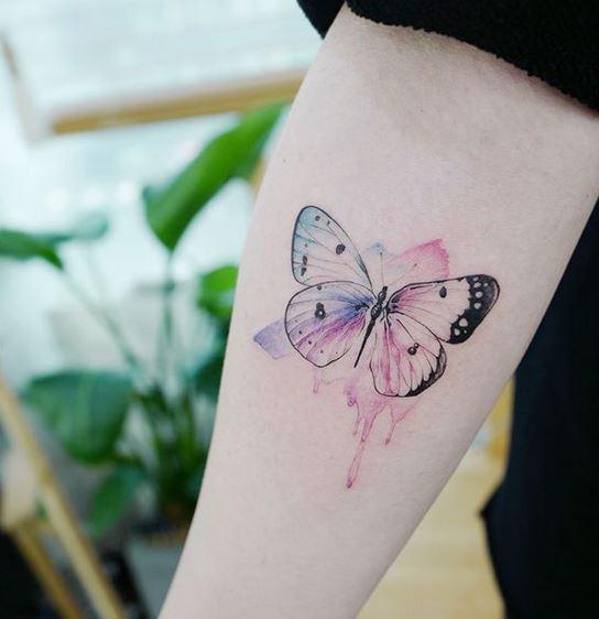 Tatouage avant-bras papillon aquarelle