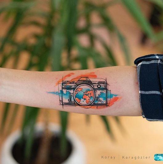 Tatouage avant-bras appareil photo aquarelle