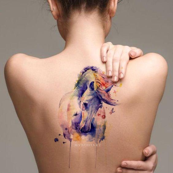 Cheval aquarelle avec tatouage dos papillons
