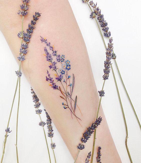 Tatouage avant-bras de fleurs sauvages