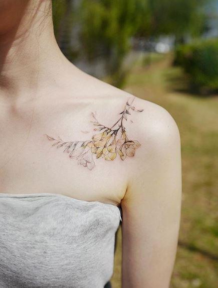 Tatouage d'épaule Freesia jaunâtre