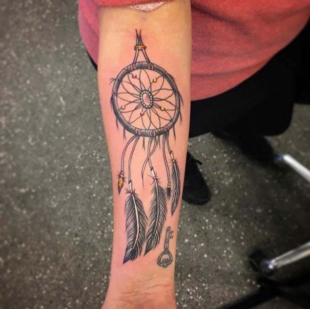 tatouage de capteur de rêve avant-bras