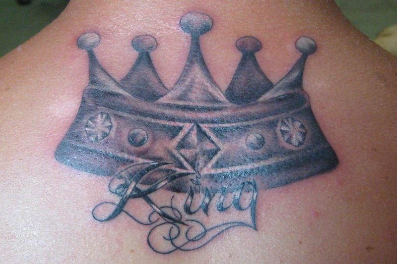 tatouage couronne royale sur le haut du dos