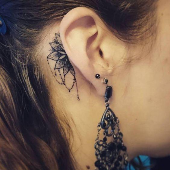 Petit tatouage femme discrète derrière l'oreille demi mandala