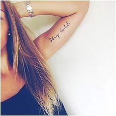 Femme tatouage citation phrase tatouage sur le bras