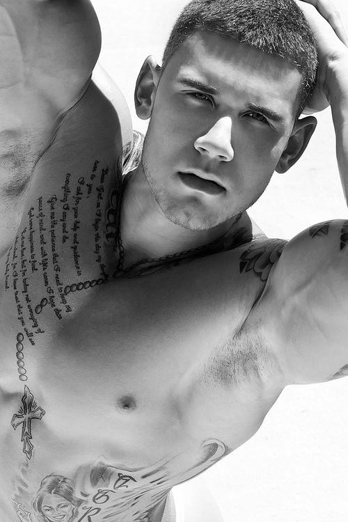 homme-tatouage-chapelet-1