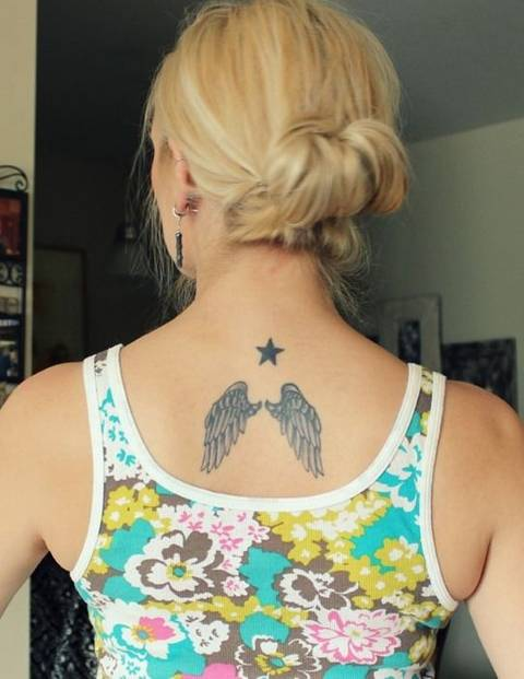 Centre de tatouage étoile centre arrière avec des ailes d'ange
