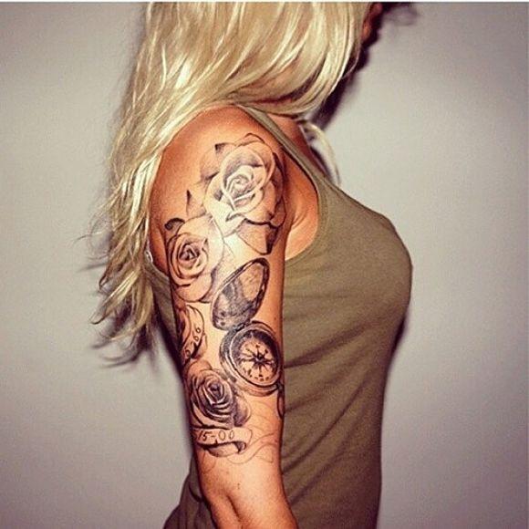 Compas boussole femme tatouage ouvert sur le bras entouré de roses blanches sur le bras
