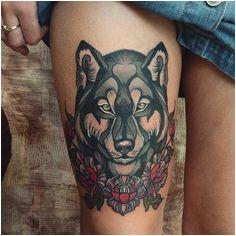 Loup avec emblème floral de Cvetelina Emilova, une tatoueuse polyvalente spécialisée
