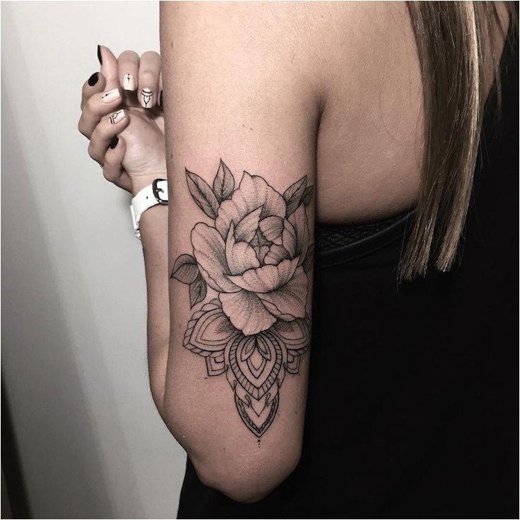 Tatouage rose femme - styles et tendances symboliques pour les curieux et les passionnés