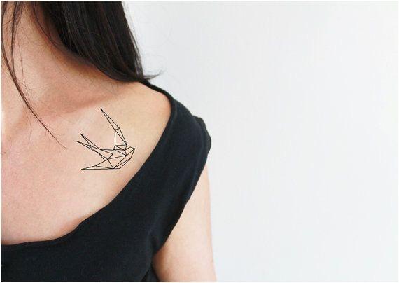 2 tatouages temporaires d'une hirondelle loin du tatouage sensuel et féminin d'un origami