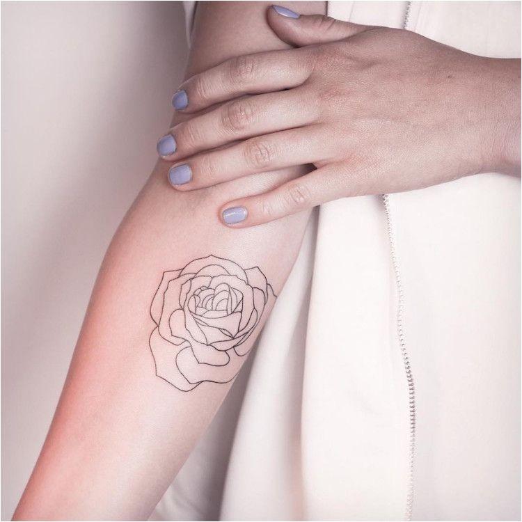 Tatouage rose femme - styles et tendances symboliques
