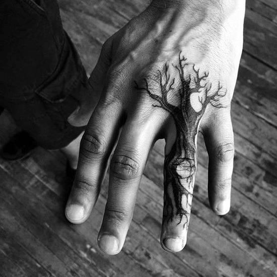 Tatouage de doigt de boom