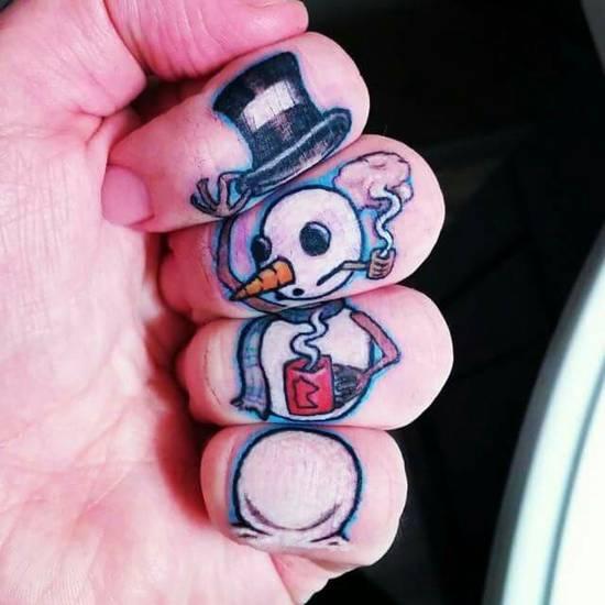 Tatouage doigt bonhomme de neige
