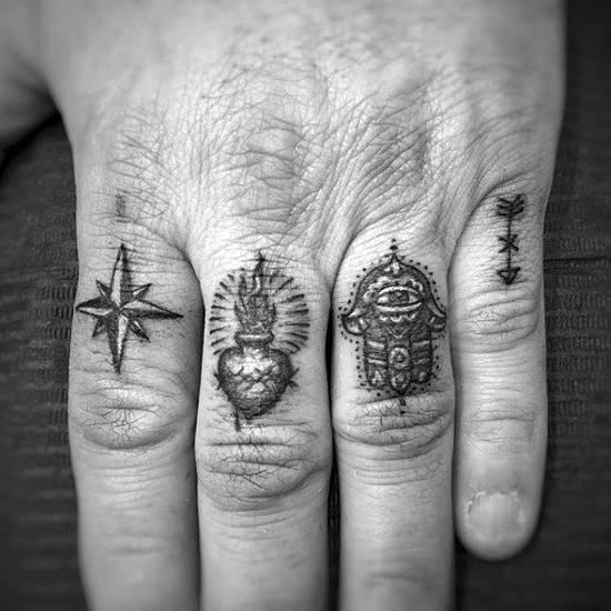 Tatouage homme doigt différents symboles maçonniques