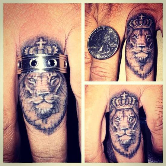 Tatouage de doigt de lion