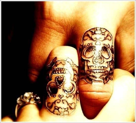 Tatouage de crâne de doigt mexicain sur le doigt du milieu