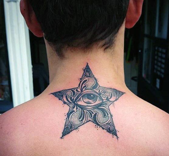 Tatouage homme étoile avec oeil