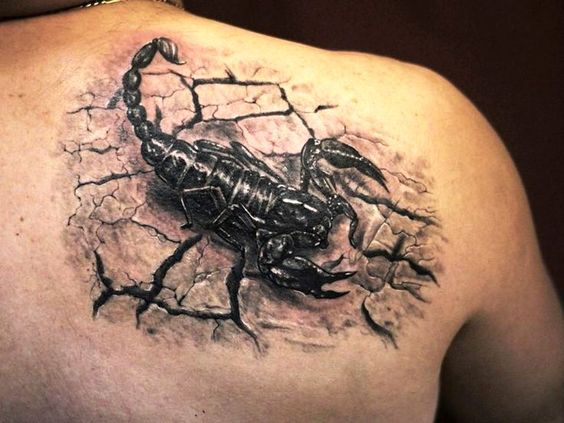 Tatouage de dos de scorpion