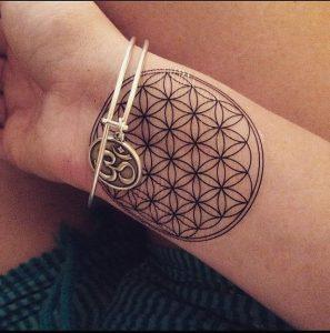 Tatouage fleur de vie sur le poignet de la femme