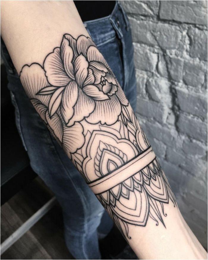 Manchette tatouage femme tatouage bras femme rose
