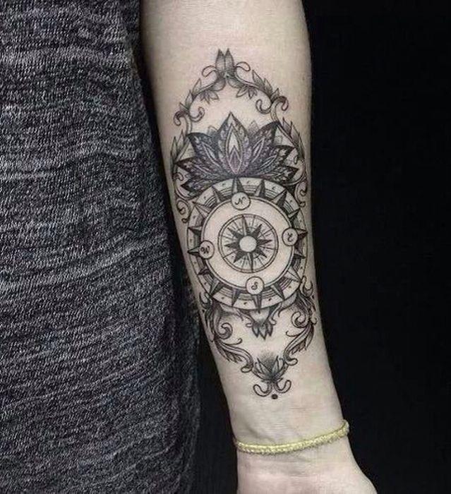 Symboles de tatouage tatouage boussole avec mandala à l'intérieur des bras