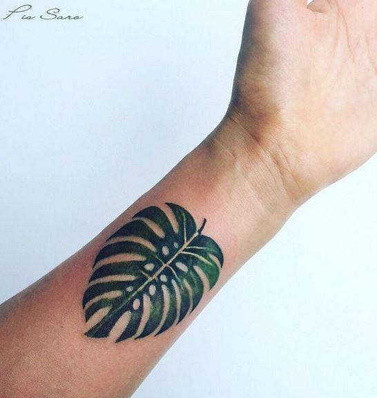 Tatouage de poignet de feuille de Monstera balinais