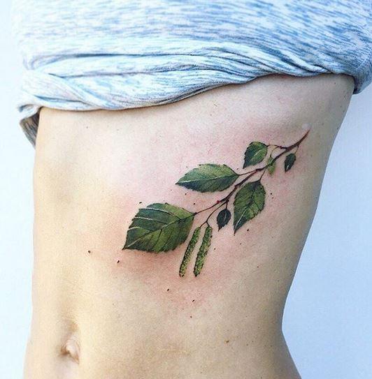Tatouage de ventre de branche de bouleau