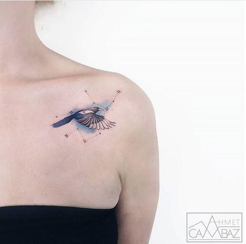Oiseau avec signe du zodiaque épaule tatouage
