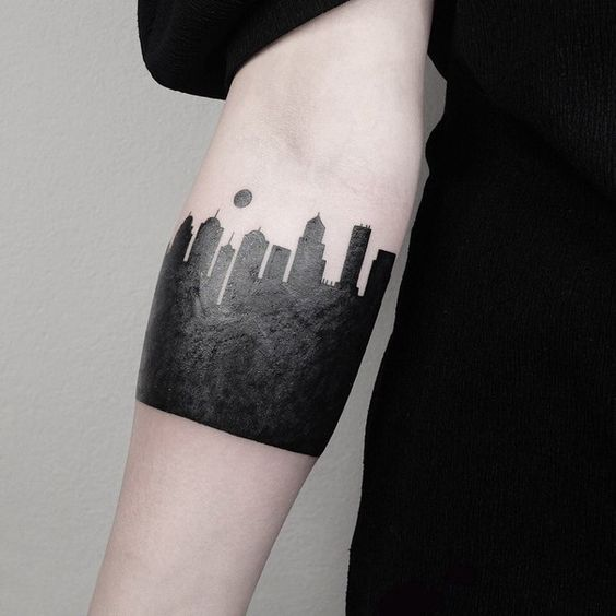 Tatouage avant-bras Blackwork Cityscape