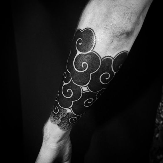 Tatouage avant-bras Blackwork Clouds