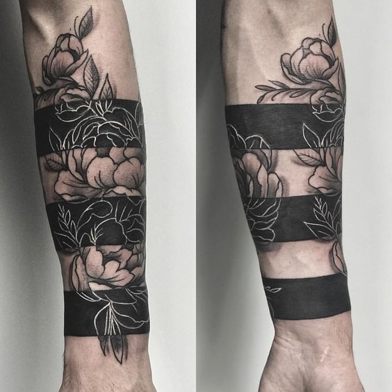 Tatouage avant-bras floral Blackwork