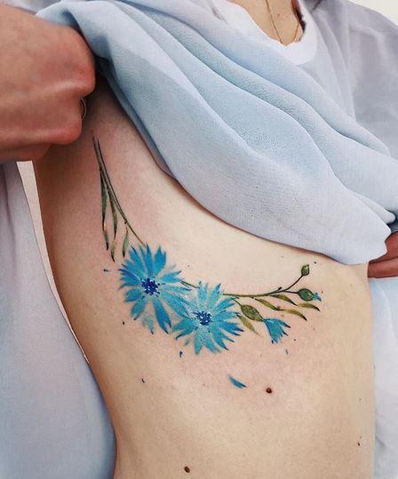 Tatouage Boob Côté Floral Bleu