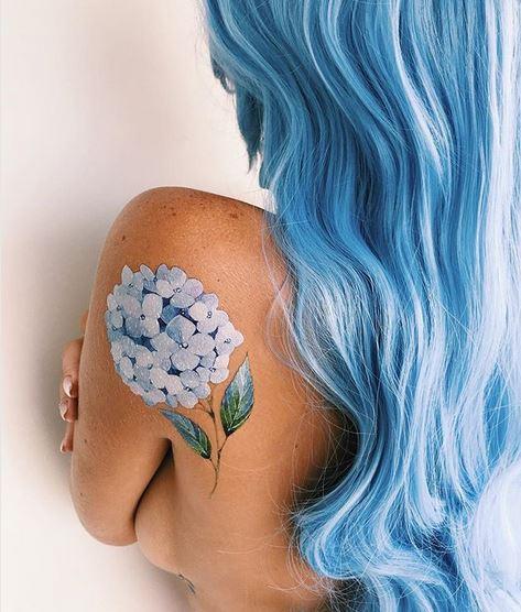 Tatouage dos hortensia bleu