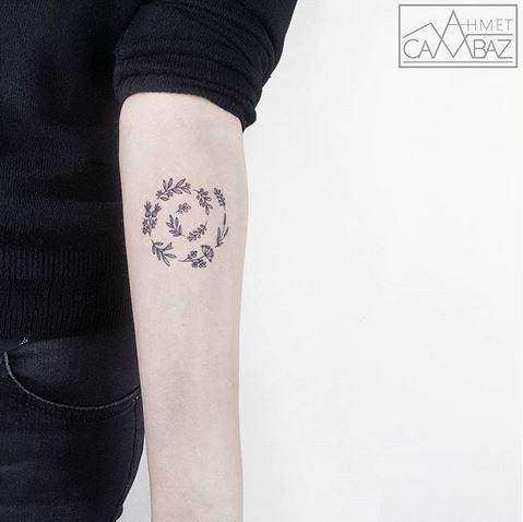 Tatouage d'avant-bras en spirale botanique