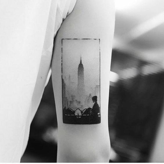 Tatouage encadré Silhouette de la ville