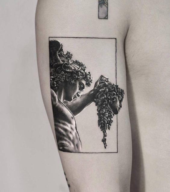 Tatouage encadré d'inspiration classique