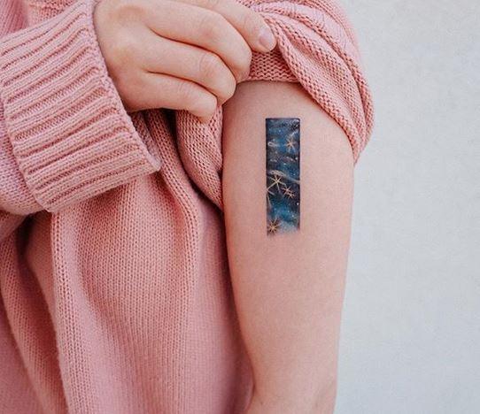 Tatouage de bras sur le thème cosmique