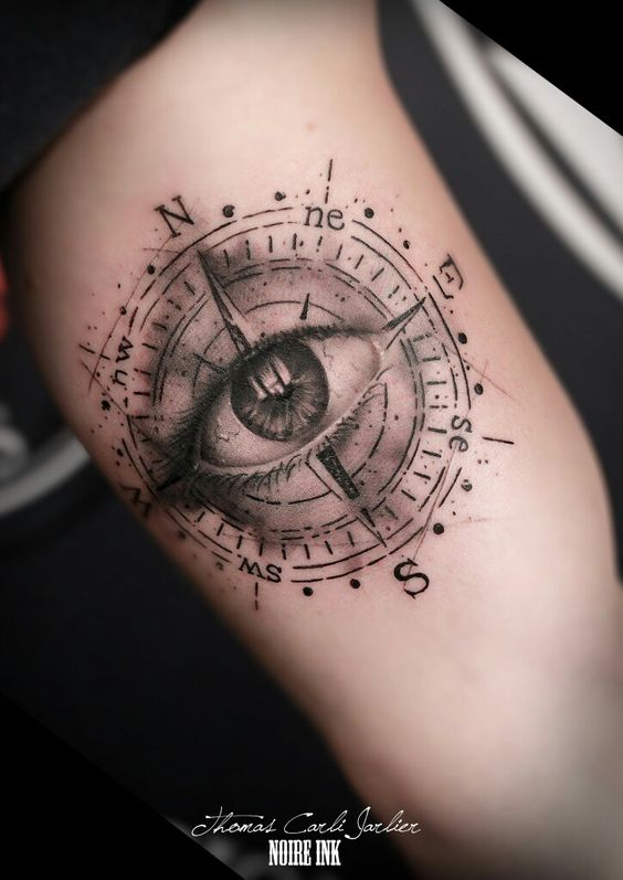 Oeil de providence boussole tatouage