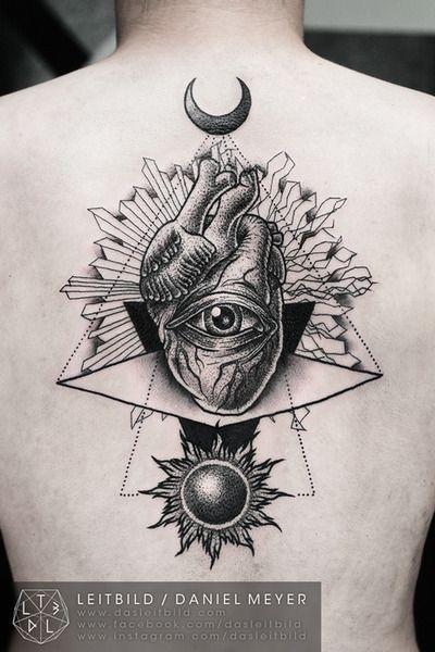 Oeil de providence dans un tatouage du cœur humain