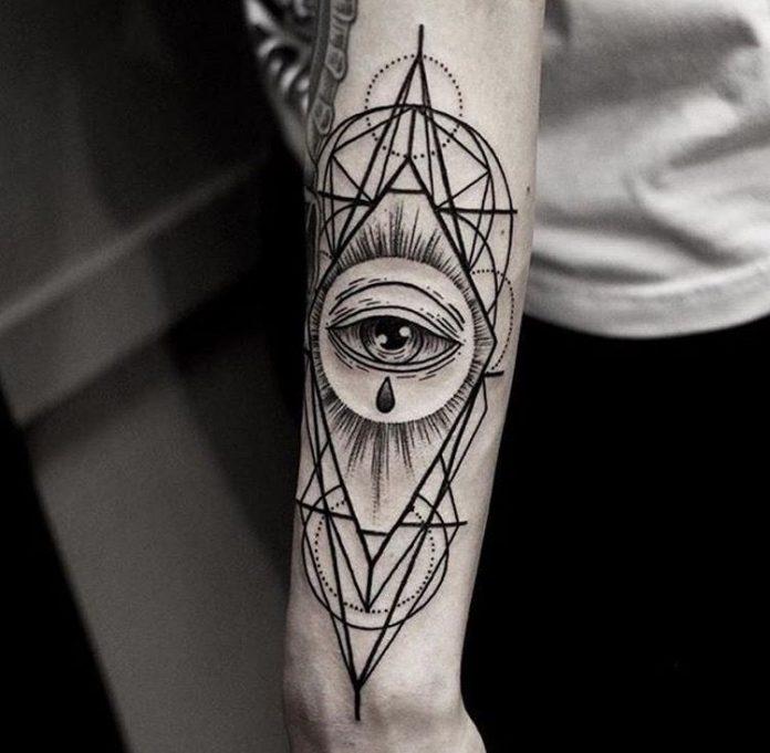 Oeil de providence géométrie sacrée tatouage bras
