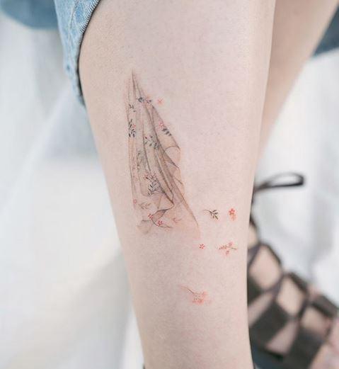 Tatouage de tissu, de vent et de jambe de fleur
